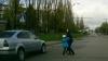 LA UN PAS DE MOARTE! Un şofer era să spulbere o femeie şi un copil pe zebră (VIDEO)