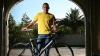 Lance Armstrong o face pe mecanicul! Sportivul explică cum se schimbă corect camera unei roţi de bicicletă