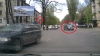 Singur împotriva tuturor! Uite cum merge pe contrasens şi trece la roşu şoferul unui automobil (VIDEO)