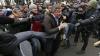 Orăşenii din Zaporojie i-au împroşcat cu ouă şi făină pe protestatari pro-ruşi (VIDEO)
