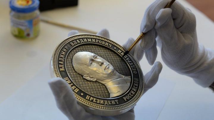 Primele monede cu chipul lui Putin cântăresc un kilogram şi sunt de mărimea unei palme (FOTO)