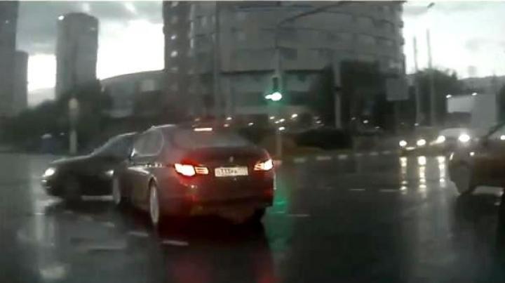 Imaginile care îţi dau fiori! Un automobil fantomă a fost surprins de o cameră de bord (VIDEO)