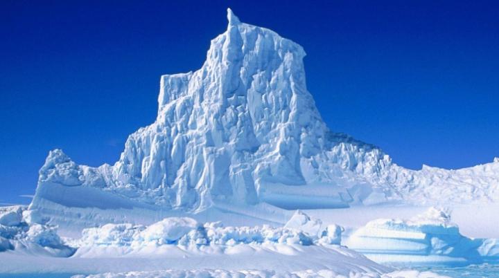 NASA este îngrijorată. Cel mai mare aisberg de pe planetă s-a desprins din Antarctica şi pluteşte în ocean