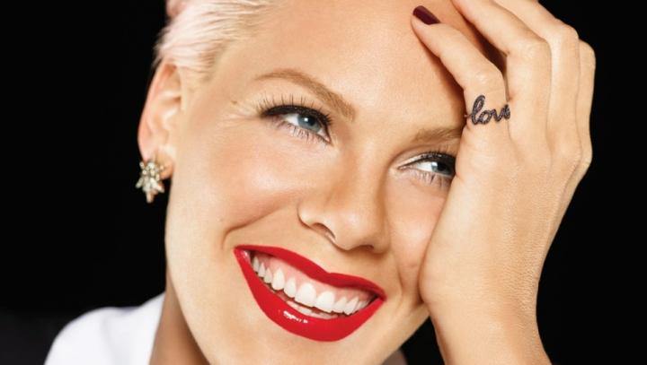 Cântăreaţa Pink a pozat goală pentru o ediţie specială a revistei People. Cum arată vedeta la 34 de ani (FOTO)