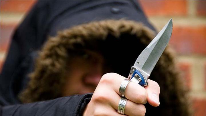 Alertă în Chişinău! Un bărbat ameninţa locuitorii capitalei cu un cuţit