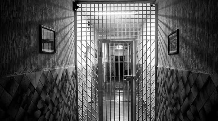 Şeful izolatorului din Floreşti, reţinut de ofiţerii CNA. Omul legii riscă ani grei de închisoare