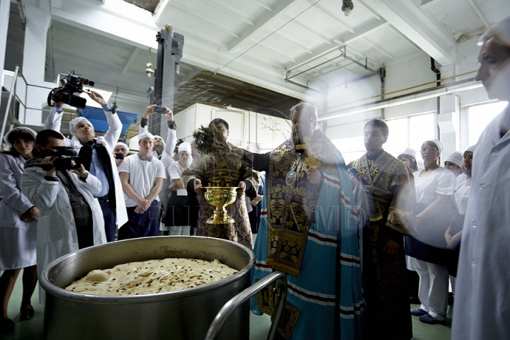 Brutarii să grăbesc să facă faţă unei cereri uriaşe de cozonaci de Paşte (FOTO REPORT)