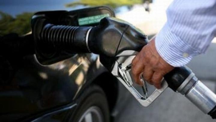"""""""Miroase un pic a plăcinte la semafor"""". Un şofer a găsit cu ce să înlocuiască motorina (FOTO)"""