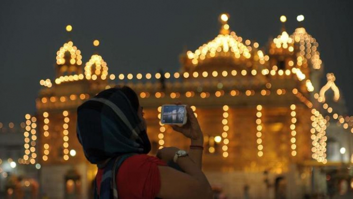 Un nou smartphone personalizat pentru indieni. Cine urmează să-l lanseze