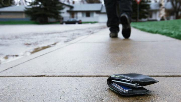 SURPRIZĂ pentru un bărbat care şi-a pierdut portofelul. VEZI ce bilet special a primit din partea unui anonim