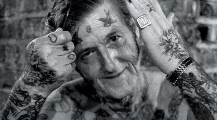 """Cu tatuajele din tinereţe, la bătrâneţe. Cum arată marii amatori de """"cerneală"""" în etate (FOTO)"""