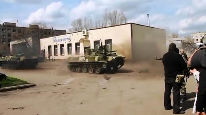 Show pe şenile la Sloviansk! Separatiştii ruşi se distrează cu un blindat capturat (VIDEO)