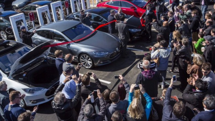 (FOTO) Tesla Motors şi-a inaugurat staţia de alimentare a bateriilor cu numărul 100