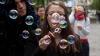 (VIDEO) În Chişinău a fost organizată PARADA bulelor de săpun. Oamenii au fost încântaţi de eveniment