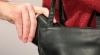 Zi cu ghinion pentru un hoţ. A fost imobilizat de trecători după ce a încercat să fure portofelul unei bătrâne (VIDEO)