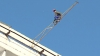 (VIDEO) Tentativă de suicid în plină zi! Un tânăr de 16 ani a vrut să se arunce de pe acoperişul unei clădiri din capitală