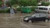 Ploaie torenţială în capitală: străzi inundate, copaci la pământ şi maşini înghiţite de apă
