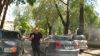 Situaţie tensionată în trafic! Cum a reacţionat un şofer care nu a fost lăsat să meargă pe contrasens (VIDEO)