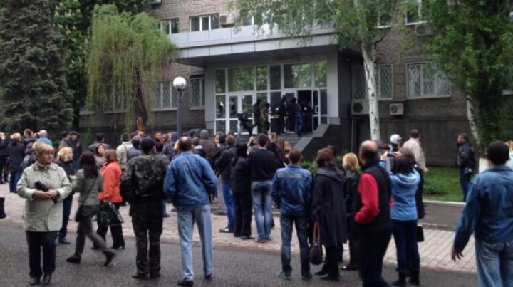 Separatiştii proruşi iau cu asalt o unitate militară din Lugansk, iar două clădiri ale Serviciului de Securitate din Doneţk au fost ocupate