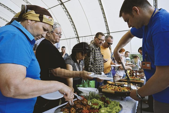 Nu poţi trece pe alături! Bucătarii pregătesc frigărui de-ţi lasă gura apă la festivalul Barbeque (GALERIE FOTO)