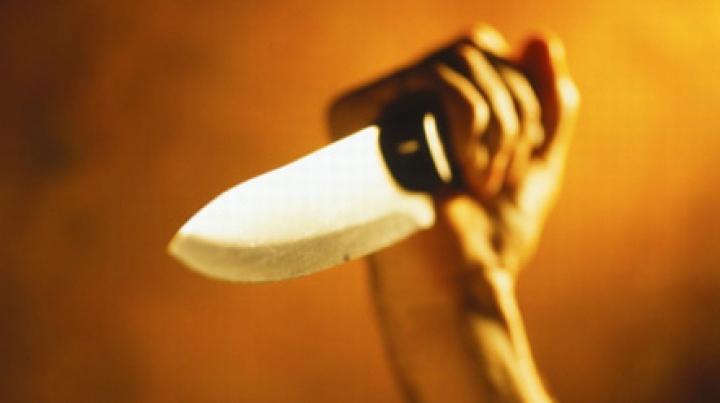 Un poliţist din capitală, cât pe ce să fie înjunghiat de un bărbat DETALII