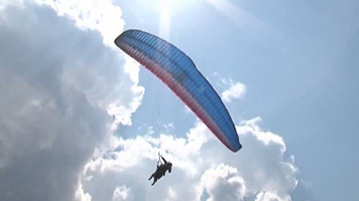 Un parapantist a ratat decolarea și a căzut în gol, în munții din România