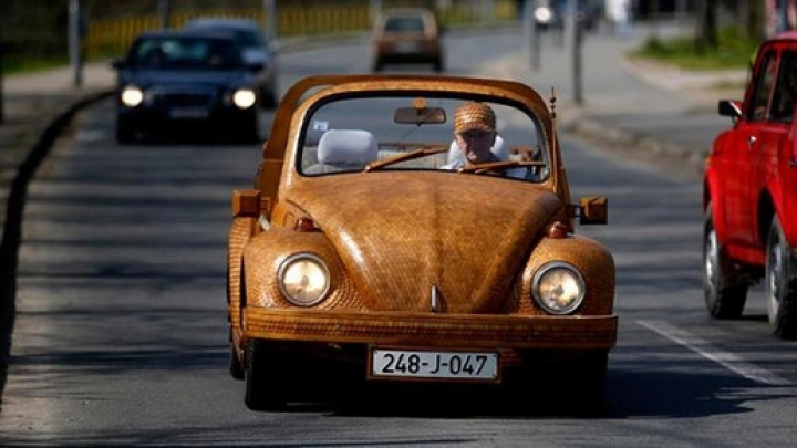 Ingeniozitate maximă. Un pensionar şi-a reînnoit maşina acoperind-o cu lemn de stejar (FOTO)