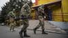 """Separatiştii continuă să atace punctele de control ale militarilor ucraineni. """"Mirosul de război este în aer"""""""