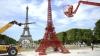 Surpriză pentru turiştii din Paris! A fost construită o replică a Turnului Eiffel din scaune de grădină