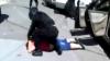"""""""Capul jos, faţa la pământ!"""" Momentul în care poliţiştii i-au reţinut cu focuri de armă pe doi proxeneţi (VIDEO)"""