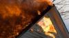 Alarmă generală la o întreprindere din Soroca. Zeci de pompieri au fost mobilizaţi pentru a lupta cu flăcările