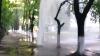 Gheizer la Botanica! Un jet de apă a ţâşnit din pământ până la etajul cinci (VIDEO)