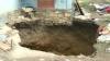 Speriaţi de moarte! Casa unei familii din Briceni ar putea fi înghiţită de o groapă imensă (VIDEO)