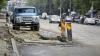 Au instalat ţevi, dar au uitat să astupe groapa! O porţiune de drum din sectorul Ciocana a devenit impracticabilă pentru pietoni