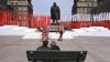 """Lenin, în verde neon, face pipi în centrul Cracoviei. Polonezii l-au readus în piaţă pe """"conducătorul proletariatului mondial"""" (GALERIE FOTO)"""