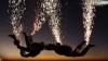 Un nou trend în paraşutismul modern: Săriturile cu artificii (VIDEO)