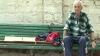 """După spitalizare, un bărbat paralizat a fost externat pe o bancă. """"Sunt nevoit să stau aici chiar și când afară plouă"""""""