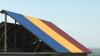 Cu tricolorul pe casă! Un preot din Cantemir şi-a montat pe locuinţă un acoperiş în culorile naţionale (VIDEO)