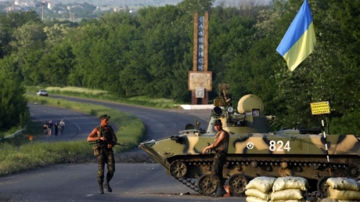Luptele au fost reluate la Sloviansk! Insurgenţii ameninţă că dau startul vânătorii comandanţilor operaţiunii antitero (VIDEO)