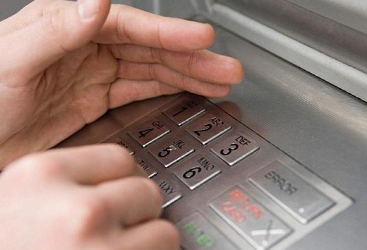 Cozi și nervi la ghișeele băncilor! Moldovenii, indignați că nu-și pot primi banii