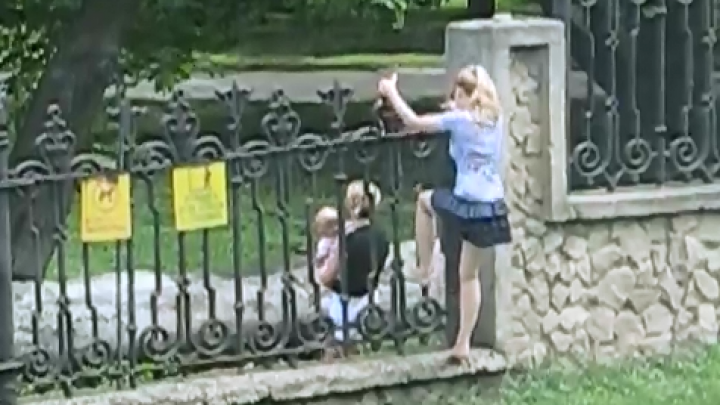 Senzaţii extreme fără plată la Dendrariu! Două femei, însoţite de copii, sar gardul parcului din capitală (VIDEO)