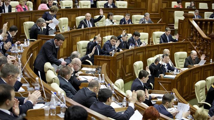 Poza zilei în Parlament. ''Războiul'' din Legislativ a trecut pe Facebook