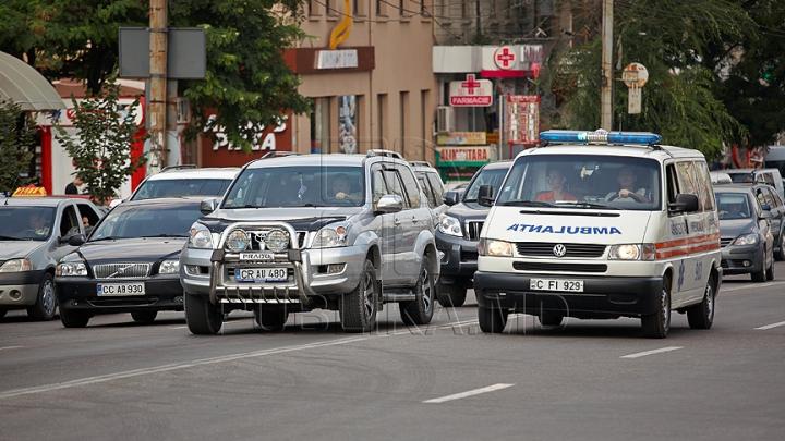 O ambulanţă a fost lovită de o maşină în centrul capitalei. La faţa locului s-a deplasat Poliţia (FOTO)
