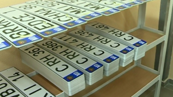 Afacere dată peste cap de poliţie. Patru tineri din Chişinău vindeau o metodă ilegală de ascundere a numerelor de înmatriculare (FOTO)