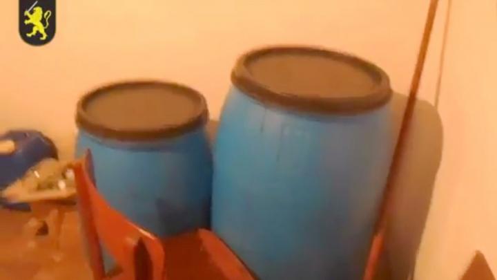 Captură IMPUNĂTOARE de băuturi contrafăcute într-o gospodărie din Făleşti. Cu cât vor fi amendaţi artizanii (VIDEO)