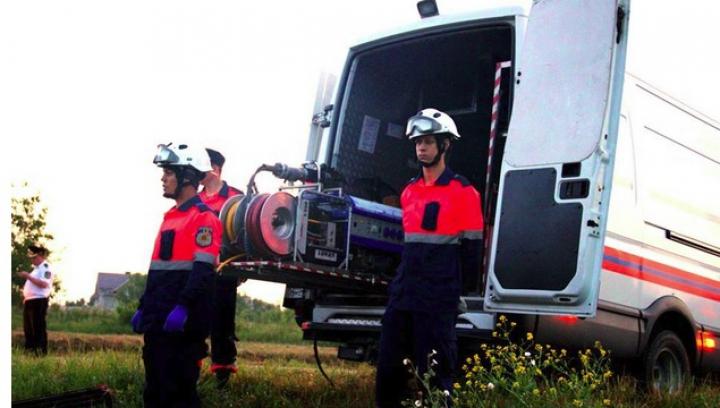 Două persoane au fost descarcerate, după ce s-au ciocnit cu Mercedesul de un stâlp