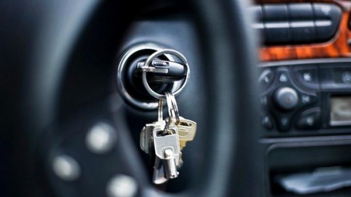 Intenţia unui recidivist beat de a-i fura maşina unui amic a fost dată peste cap de poliţia din Bălţi