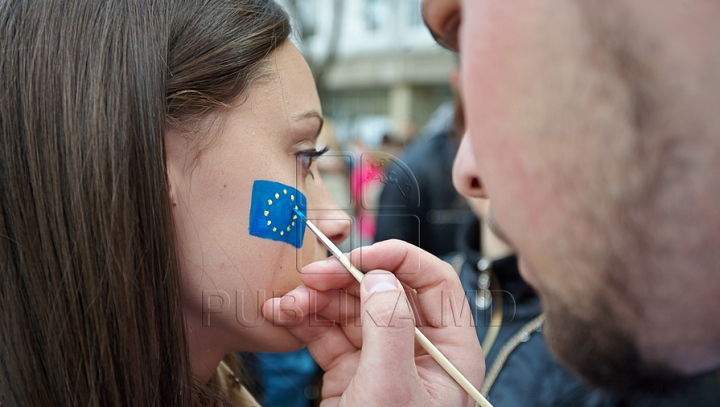 Sondaj: Moldovenii susţin apropierea de UE. Mulţi aşteaptă îmbunătăţirea condiţiilor de trai