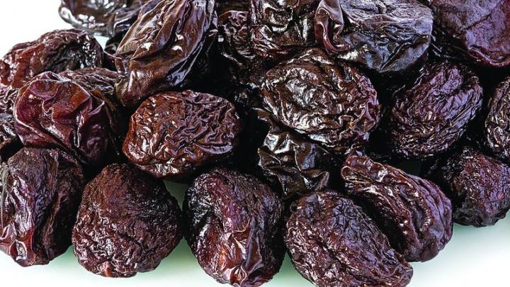 Veşti bune pentru amatorii de prune uscate. Cercetătorii au anunţat de ce e bine să mănânci aceste fructe