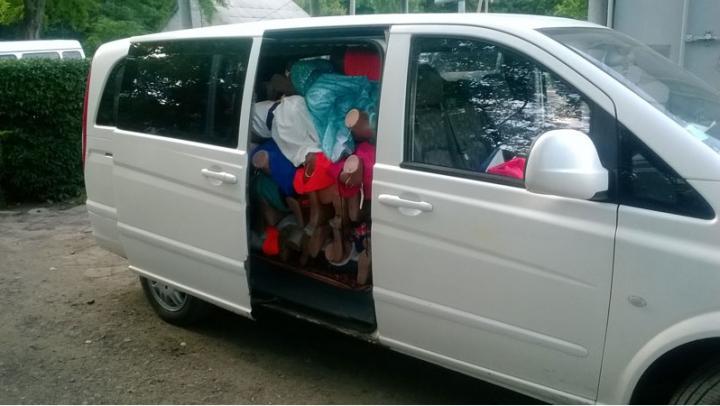 Acte false şi bunuri de contrabandă. Doi moldoveni au rămas fără maşini la Palanca